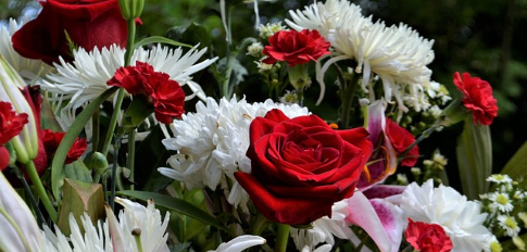 Centro Funerario Margaritas y Gerberas, Rosas Blancas para Tanatorio, Centro de Flores para Difunto, Entrega de Flores en Tanatorios